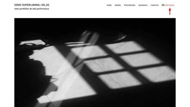 Site em inglês com link e bandeira para versão em português